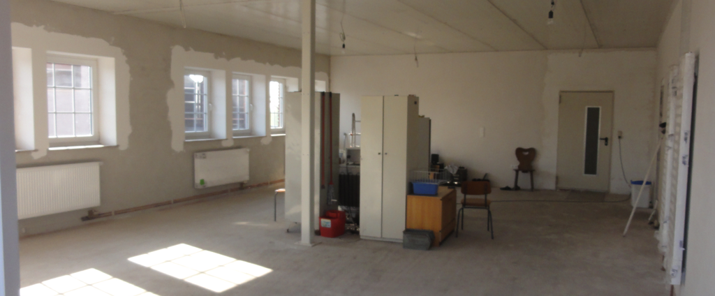 Eine Bürofläche nach dem Trockenbau - auf Wunsch mit Blick auf die Werkshalle